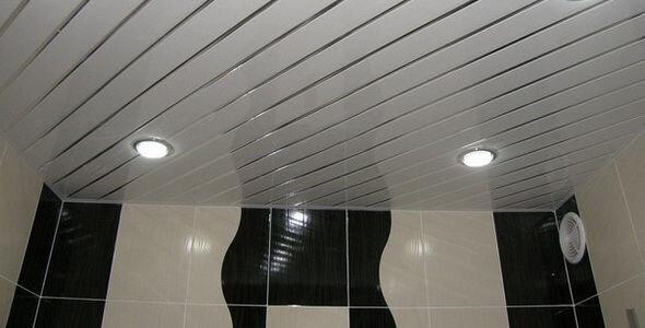 Диагональная укладка потолка в ванной